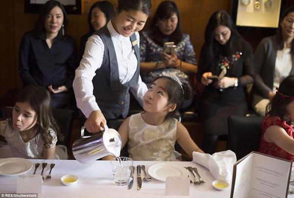 最近,有媒体报道称,上海一些家长热衷为孩子报名参加高价西方用餐礼仪培训班,平均3小时收费2800元。   在市中心一处私人会所,男孩们穿西装礼服,女孩们则身着轻盈的裙子,伴着轻柔的音乐,优雅地用餐。这些来自富裕家庭的孩子聚在一起,学习如何像绅士、淑女那样优雅地待人接物。长达3小时的儿童西餐礼仪课,从中午11时持续到下午2时,包含一位家长和一位孩子的正式午餐在内。培训内容囊括各项西餐用餐礼仪,礼仪培训师大多来自英国,接受过贵族学校教育,并拥有国际知名公司的工作经验。   随着个人财富的增加和文化水平的提高
